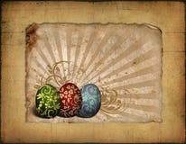 Gemalte Ostereier auf WeinleseHintergrund Stockfotografie