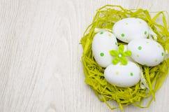 Gemalte Ostereier im Nest Stockbild