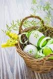 Gemalte Ostereier mit Bändern Lizenzfreie Stockfotografie