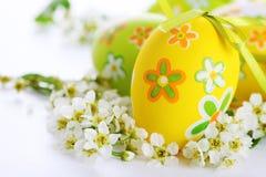 Gemalte Ostereier mit Blumen. Stockfoto