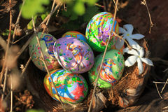 Gemalte Ostereier versteckt auf dem Gras, bereit zum traditionellen Spielspiel der Osterei-Jagd Stockfotos