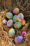 Gemalte Ostereier versteckt auf dem Gras, bereit zum traditionellen Spielspiel der Osterei-Jagd Lizenzfreie Stockbilder