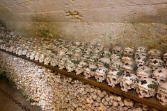 Gemalte Schädel in einem Knochen-Haus Stockbild