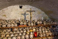 Gemalte Schädel in einem Knochen-Haus Stockbilder