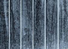 Gemalte schwarze Farbe auf hölzerner Beschaffenheit mit den alten Platten im Freien Stockfoto