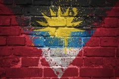 Gemalte Staatsflagge des Antigua und Barbuda auf einer Backsteinmauer Lizenzfreie Stockfotos