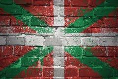Gemalte Staatsflagge des baskischen Landes auf einer Backsteinmauer Stockfotografie