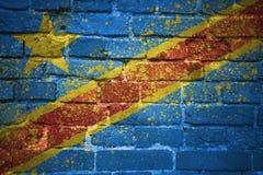 Gemalte Staatsflagge des Demokratischen Republiken Kongo auf einer Backsteinmauer Stockfoto