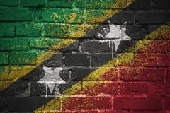 Gemalte Staatsflagge des Heiligen Kitts und Nevis auf einer Backsteinmauer Lizenzfreie Stockbilder