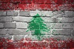 Gemalte Staatsflagge vom Libanon auf einer Backsteinmauer Stockfotos