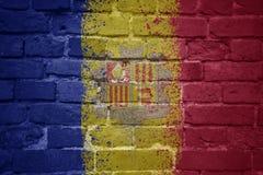 Gemalte Staatsflagge von Andorra auf einer Backsteinmauer Stockbild