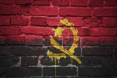 Gemalte Staatsflagge von Angola auf einer Backsteinmauer Stockfoto