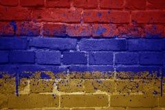 Gemalte Staatsflagge von Armenien auf einer Backsteinmauer Stockfoto