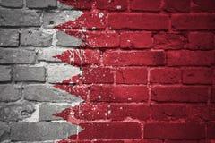Gemalte Staatsflagge von Bahrain auf einer Backsteinmauer Stockbild