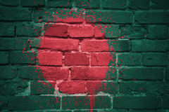 Gemalte Staatsflagge von Bangladesch auf einer Backsteinmauer Lizenzfreie Stockfotos
