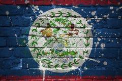 Gemalte Staatsflagge von Belize auf einer Backsteinmauer Lizenzfreie Stockbilder