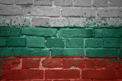 Gemalte Staatsflagge von Bulgarien auf einer Backsteinmauer Stockbild