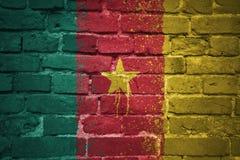 Gemalte Staatsflagge von Cameroon auf einer Backsteinmauer Lizenzfreie Stockfotos