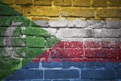 Gemalte Staatsflagge von Comoren auf einer Backsteinmauer stockfotos