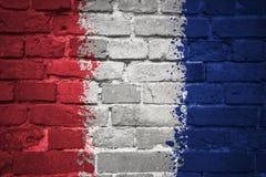 Gemalte Staatsflagge von Frankreich auf einer Backsteinmauer Stockbilder
