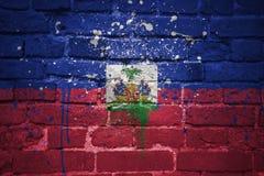 Gemalte Staatsflagge von Haiti auf einer Backsteinmauer Lizenzfreies Stockfoto