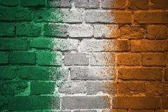 Gemalte Staatsflagge von Irland auf einer Backsteinmauer Stockfotografie