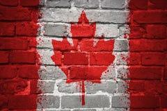 Gemalte Staatsflagge von Kanada auf einer Backsteinmauer Stockfoto