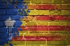 Gemalte Staatsflagge von Katalonien auf einer Backsteinmauer Stockbild