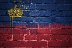 Gemalte Staatsflagge von Liechtenstein auf einer Backsteinmauer Stockbild