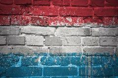 Gemalte Staatsflagge von Luxemburg auf einer Backsteinmauer Stockbilder