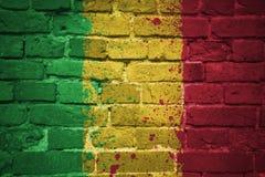 Gemalte Staatsflagge von Mali auf einer Backsteinmauer Lizenzfreie Stockfotografie