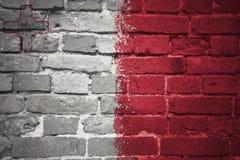 Gemalte Staatsflagge von Malta auf einer Backsteinmauer Stockfotos