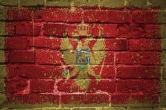 Gemalte Staatsflagge von Montenegro auf einer Backsteinmauer Stockfoto