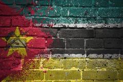 Gemalte Staatsflagge von Mosambik auf einer Backsteinmauer Stockfotografie