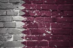 Gemalte Staatsflagge von Qatar auf einer Backsteinmauer Lizenzfreie Stockfotografie