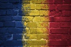 Gemalte Staatsflagge von Rumänien auf einer Backsteinmauer Lizenzfreies Stockfoto