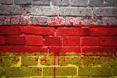 Gemalte Staatsflagge von Südossetien auf einer Backsteinmauer Stockfoto