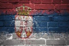 Gemalte Staatsflagge von Serbien auf einer Backsteinmauer Lizenzfreies Stockbild
