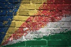 Gemalte Staatsflagge von Seychellen auf einer Backsteinmauer Stockfotos