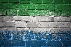 Gemalte Staatsflagge von Sierra Leone auf einer Backsteinmauer Lizenzfreies Stockfoto