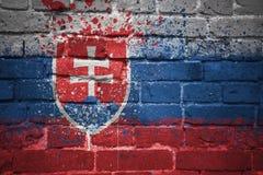 Gemalte Staatsflagge von Slowakei auf einer Backsteinmauer Lizenzfreie Stockbilder