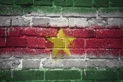 Gemalte Staatsflagge von Surinam auf einer Backsteinmauer Lizenzfreies Stockbild