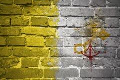 Gemalte Staatsflagge von Vatikanstadt auf einer Backsteinmauer Stockfotografie