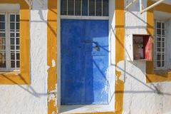 Gemalte Tür einer verlassenen Werkstatt in Pyrgos, Santorini, Griechenland Stockfotos