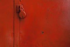 Gemalte Tür mit roter Farbe mit Verschluss lizenzfreie stockfotos