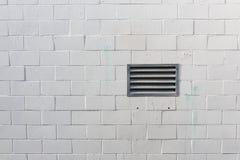 Gemalte weiße Blockwand mit Entlüftung, grüne Farbe befleckt, Kopienraum Stockfoto