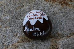 Gemalter Felsen mit Bild eines Schnees bedeckte Berg mit Psalm 121:1-2 bezogen Stockfoto