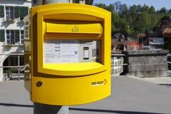Gemalter gelber Briefkasten in Bern Stockfotos