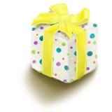 Gemalter Geschenkkasten mit dem blauen Bogen getrennt auf Weiß Lizenzfreie Stockfotografie