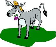 Gemalter grauer Esel mit Blume im Mund steht auf grünem Rasen Stockfoto
